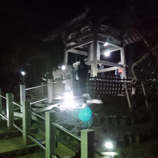 2020年初配信は、除夜の鐘突き後の境内で。