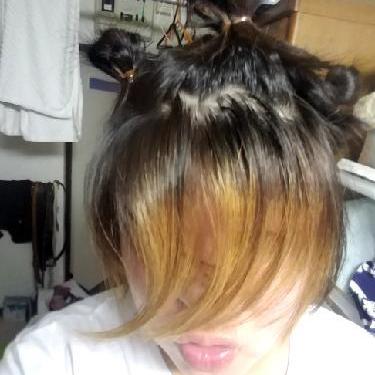 髪の毛を染めてるよぉ〜