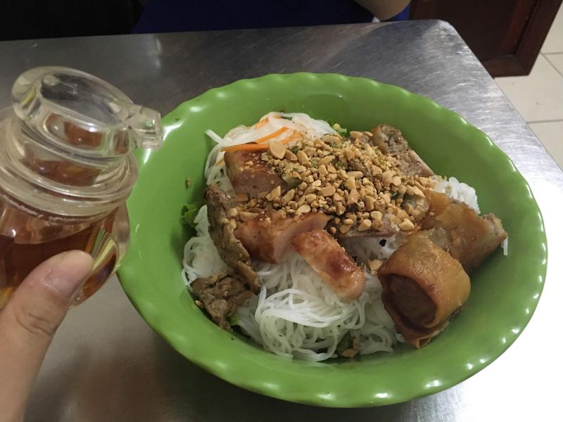 ベトナム南部ローカル料理ブンティッヌンBún thịt nướng