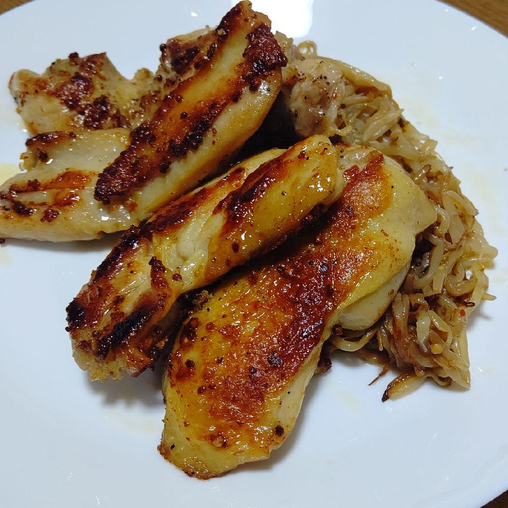 もやしと鶏肉を炒める