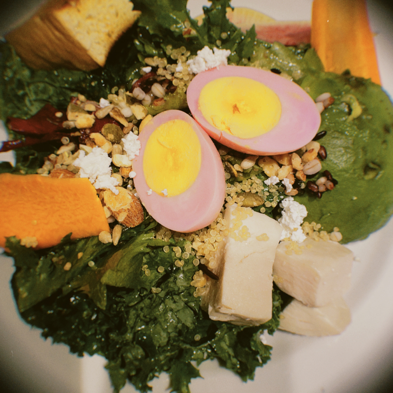 白身がピンク色のゆで卵が載ったケールのサラダを食べた火曜日。