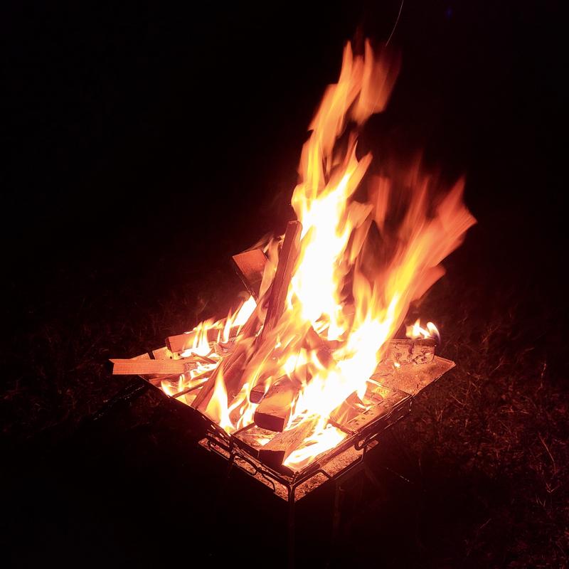 夫婦で焚き火をしています
