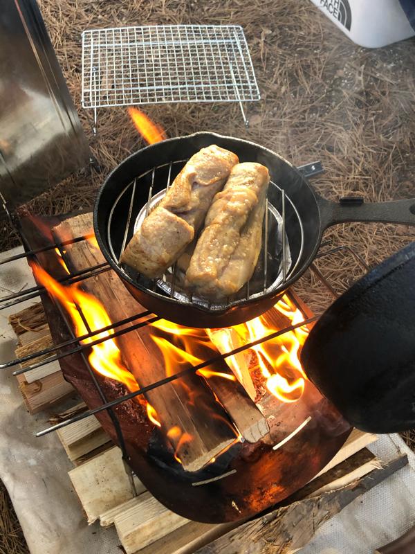 [現地でCAMP飯編]あきらシェフ、マジ仕込み、スキレットで作る燻製ベーコン