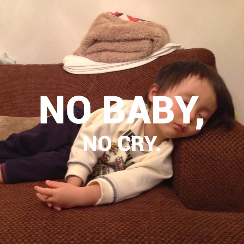 泣く赤ちゃんと必死な夫婦。